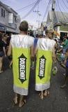 走在第37个每年Provincetown狂欢节队伍的人们在Provincetown,马萨诸塞 免版税图库摄影