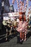 走在第37个每年Provincetown狂欢节队伍的人们在Provincetown,马萨诸塞 库存图片
