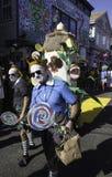 走在第37个每年Provincetown狂欢节队伍的人们在Provincetown,马萨诸塞 库存照片
