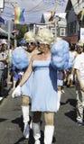 走在第37个每年Provincetown狂欢节队伍的扮装皇后在Provincetown,马萨诸塞 免版税图库摄影