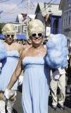 走在第37个每年Provincetown狂欢节队伍的扮装皇后在Provincetown,马萨诸塞 免版税库存照片