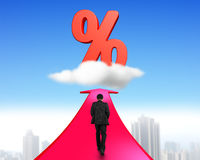 走在箭头的商人往百分率符号 免版税库存图片