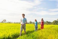 走在米领域的家庭 免版税图库摄影