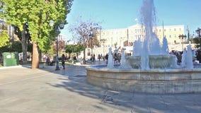走在结构体正方形雅典希腊-在瀑布后的希腊议会景色的人们 股票视频