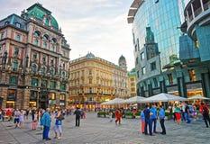 走在维也纳老镇的人们  免版税库存图片