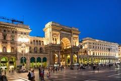 走在维托里奥Emanuele II画廊附近的人们 免版税库存照片