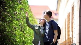 走在绿色公园和拥抱的一对年轻夫妇 影视素材