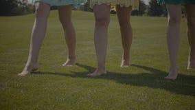 走在绿草的赤足女性腿 影视素材