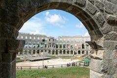 走在罗马圆形露天剧场废墟的游人在普拉 图库摄影