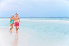 走在美丽的热带海的资深浪漫夫妇 库存照片