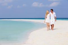 走在美丽的热带海滩的浪漫夫妇 免版税库存照片