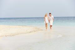 走在美丽的热带海滩的浪漫夫妇 免版税图库摄影