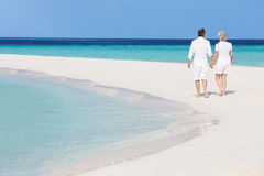 走在美丽的热带海滩的资深浪漫夫妇 免版税图库摄影