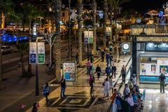 走在美洲日报镇夜街道的人们在特内里费岛海岛上的 库存图片