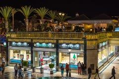 走在美洲日报镇夜街道的人们在特内里费岛海岛上的 免版税库存照片
