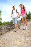 走在老桥梁的背包徒步旅行者 库存照片