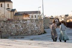 走在耶路撒冷旧城的两个女孩在耶路撒冷 图库摄影