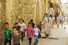 走在耶路撒冷的一个小组幼儿和他们的监护人 库存照片