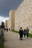 走在耶路撒冷老市的人们 库存图片