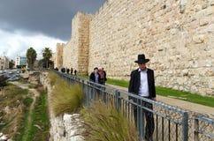 走在耶路撒冷老市的正统人 免版税图库摄影