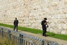 走在耶路撒冷老市的犹太教教士 库存图片