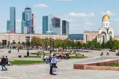 走在胜利公园的人们在莫斯科 免版税库存照片