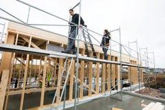 走在脚手架的同事在建造场所 图库摄影