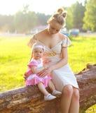 走在自然的母亲和婴孩画象  免版税库存图片