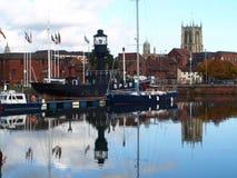 走在船身小游艇船坞附近和走沿河Humber和船坞 免版税图库摄影