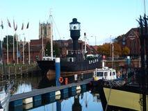 走在船身小游艇船坞附近和走沿河Humber和船坞 图库摄影