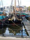 走在船身小游艇船坞附近和走沿河Humber和船坞 库存图片