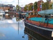 走在船身小游艇船坞附近和走沿河Humber和船坞 免版税库存图片
