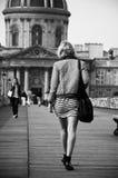 走在艺术桥梁的妇女在巴黎 免版税库存图片
