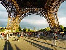 走在艾菲尔铁塔下的游人 巴黎 免版税图库摄影