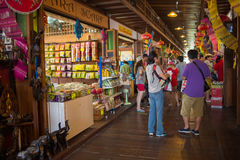 走在芭达亚浮动市场,春武里市,泰国上的游人 免版税图库摄影