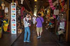 走在芭达亚浮动市场,春武里市,泰国上的游人 库存图片