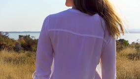 走在草甸的少妇在慢动作的湖附近 愉快的女性享用的自然户外单独 影视素材