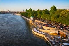 走在莫斯科河的堤防的人们 免版税库存照片