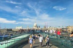 走在著名千年桥梁的人们在伦敦,英国 库存图片