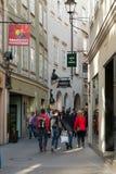 走在著名历史购物街道Getreidegasse的未认出的人民在萨尔茨堡 库存照片