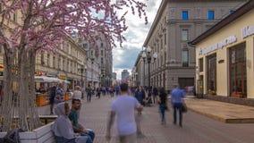 走在著名步行者阿尔巴特街timelapse hyperlapse的本机和游人在莫斯科,俄罗斯 坐的人们  股票视频