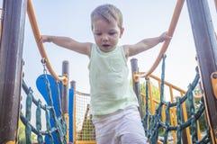 走在蓝色净桥梁的小孩男孩 免版税图库摄影
