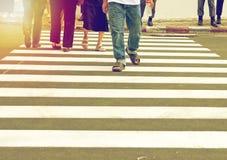 走在行人穿越道的人们 免版税图库摄影