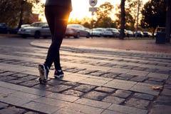 走在行人穿越道的妇女播种的射击在城市街道 城市, 免版税图库摄影