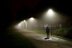 走在街道上在深夜 库存照片