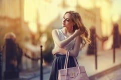 走在街道上的一个年轻美丽的时兴的夫人的室外画象 式样佩带的时髦的衣裳 华美的女孩 免版税库存照片