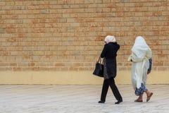 走在街道上的三个穆斯林妇女 免版税库存照片