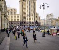 走在街道上的人们在莫斯科,俄罗斯 库存图片