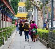 走在街道上的人们在中山寺庙附近在台北,台湾 库存照片