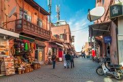 走在街道上的人们在马拉喀什,摩洛哥 免版税库存图片